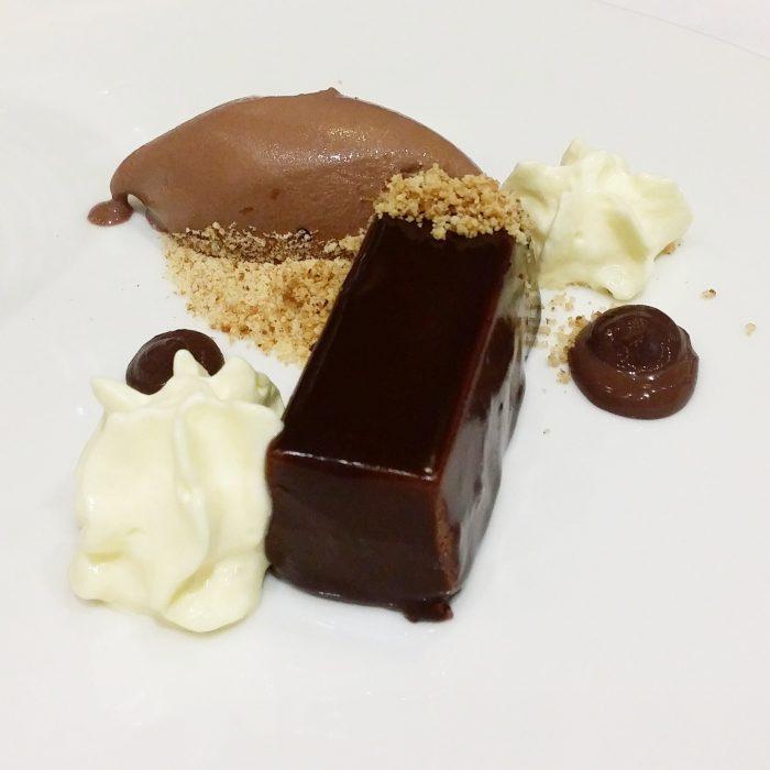 Mousse de chocolate rellena de avellana, cremoso de vainilla y su helado