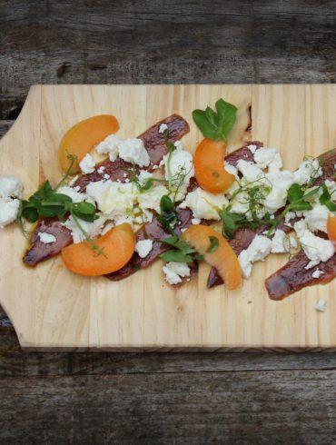 Ensalada de anchoas con queso Afuega'l Pitu y albaricoques