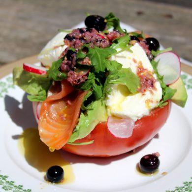 Ensalada de tomate, salmón, mozzarella y aguacate