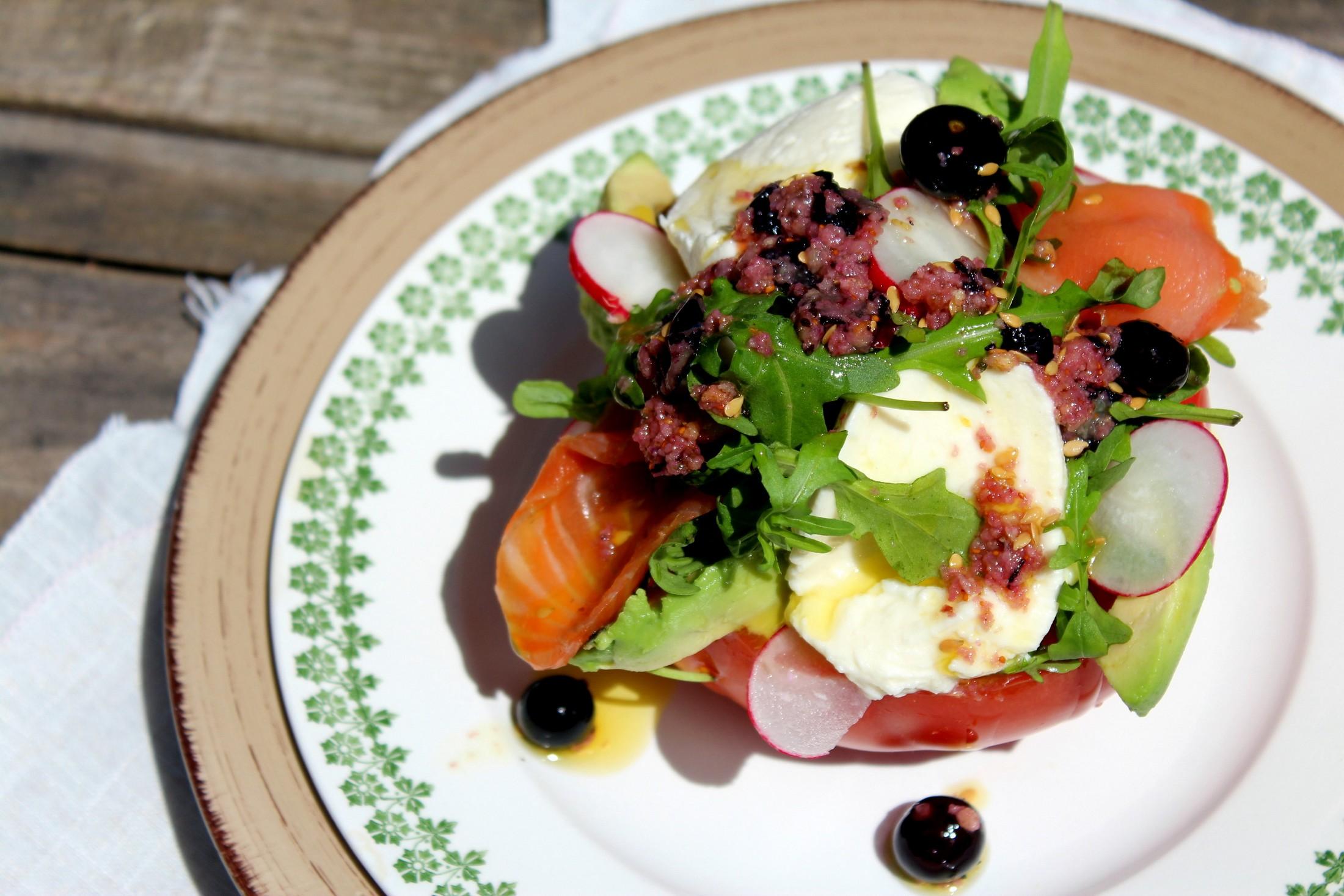 Ensalada de tomate salm n mozzarella y aguacate blog de cocina gastronom a y recetas el - Ensalada con salmon y aguacate ...