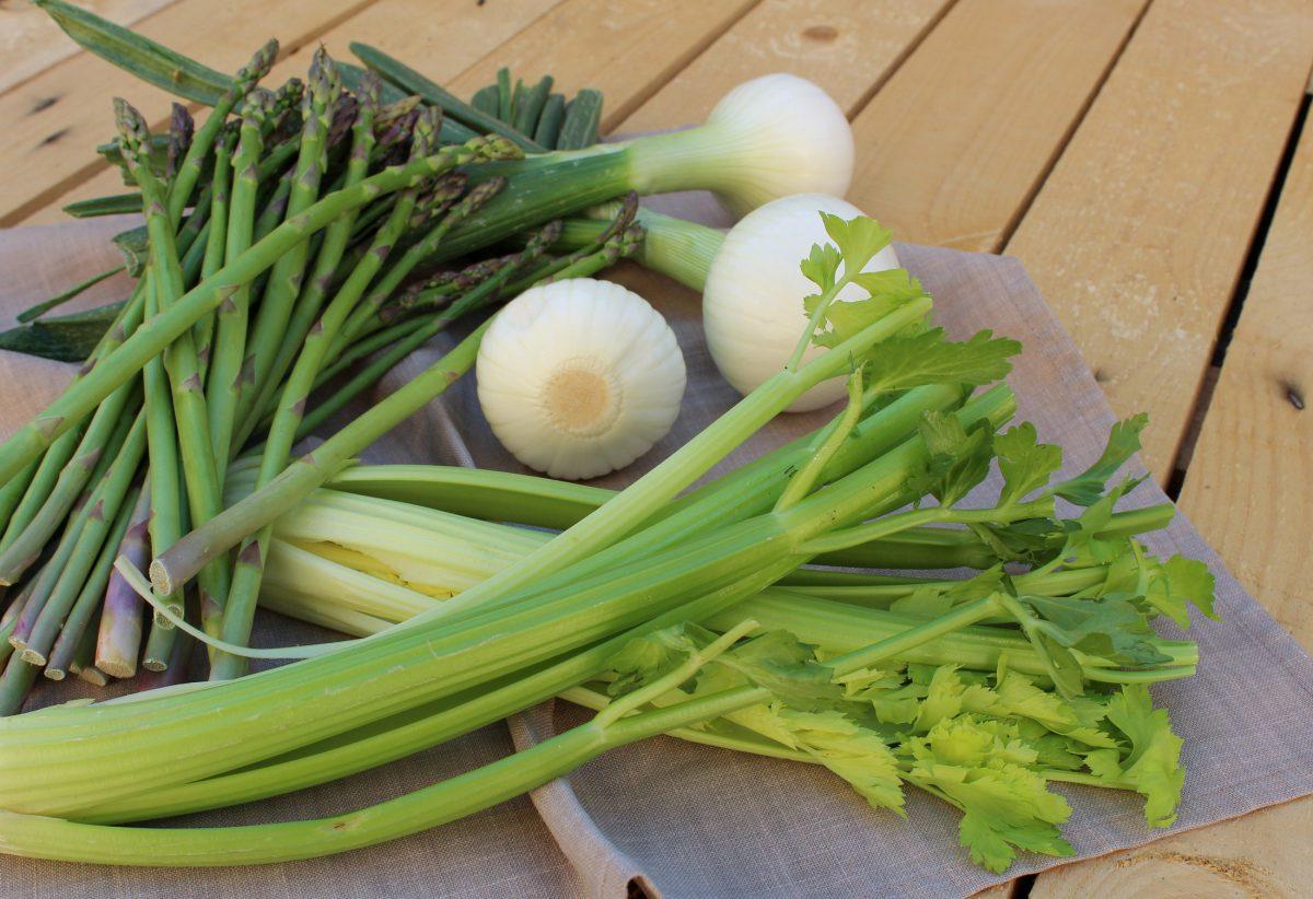 Ingredientes crema de apio, esparragos y kale