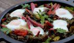 acelgas rojas con huevos al horno