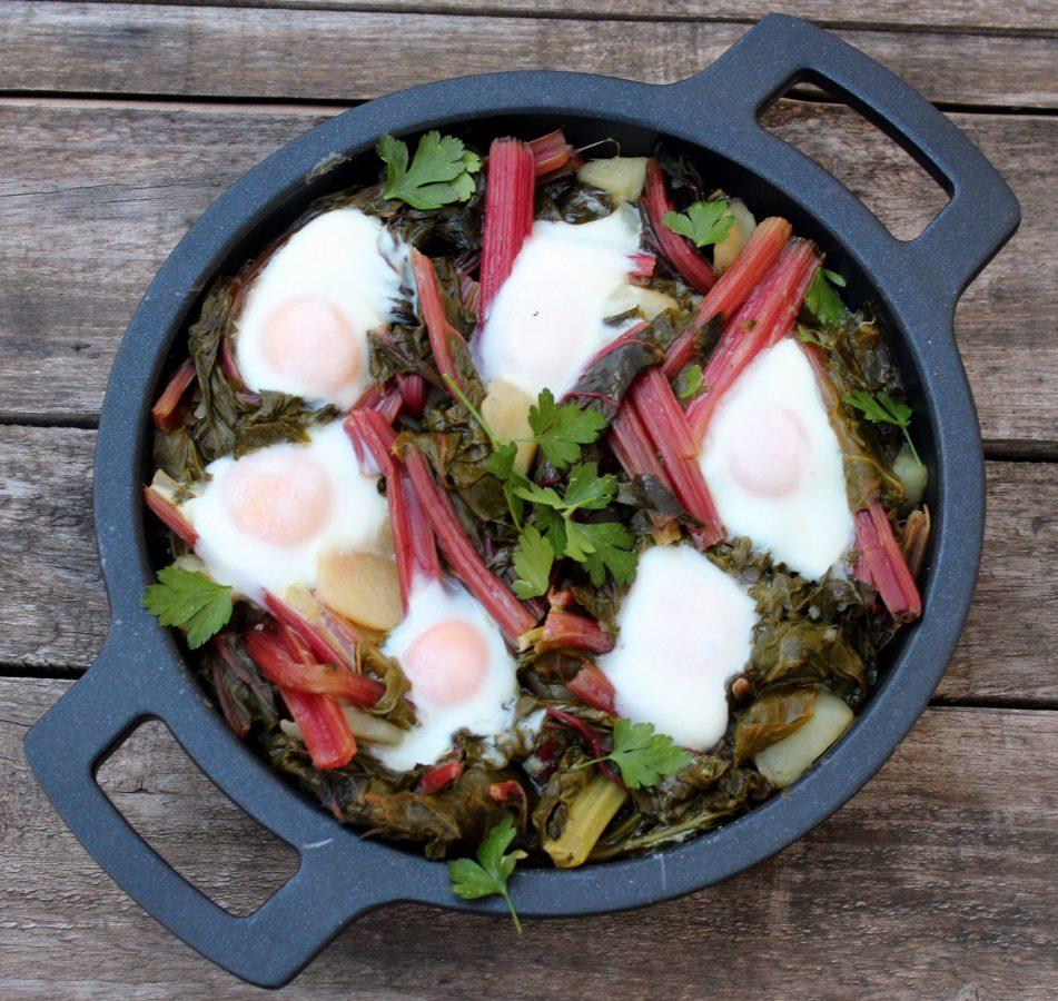 Acelgas rojas con patatas y huevos al horno