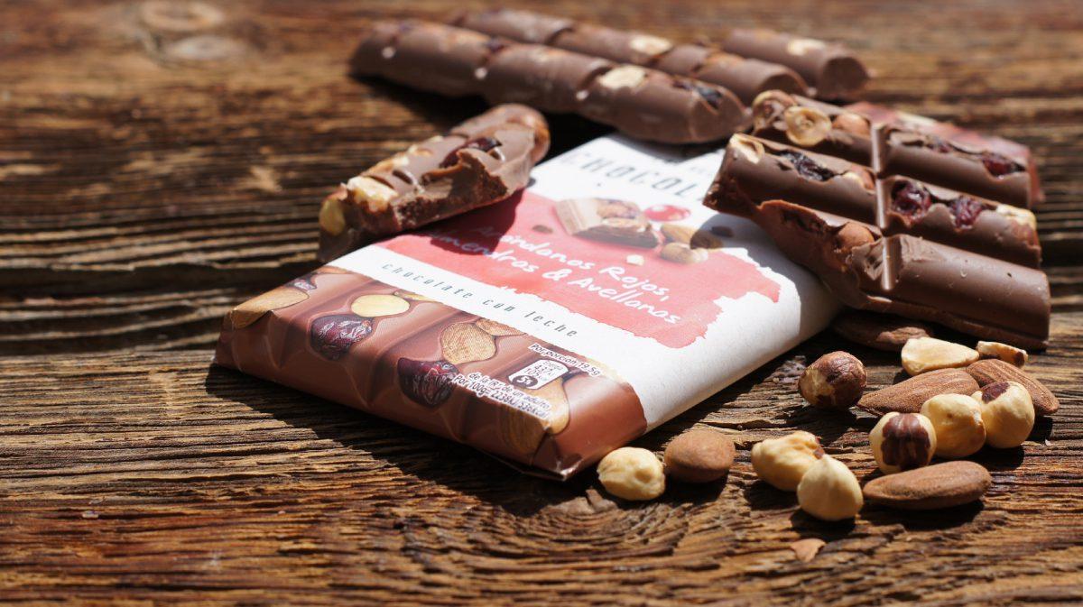 Chocolate con leche con arándanos rojos, almendras y avellanas (3)