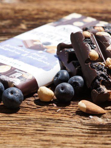 Chocolate negro con arándanos azules, almendras y avellanas (3)