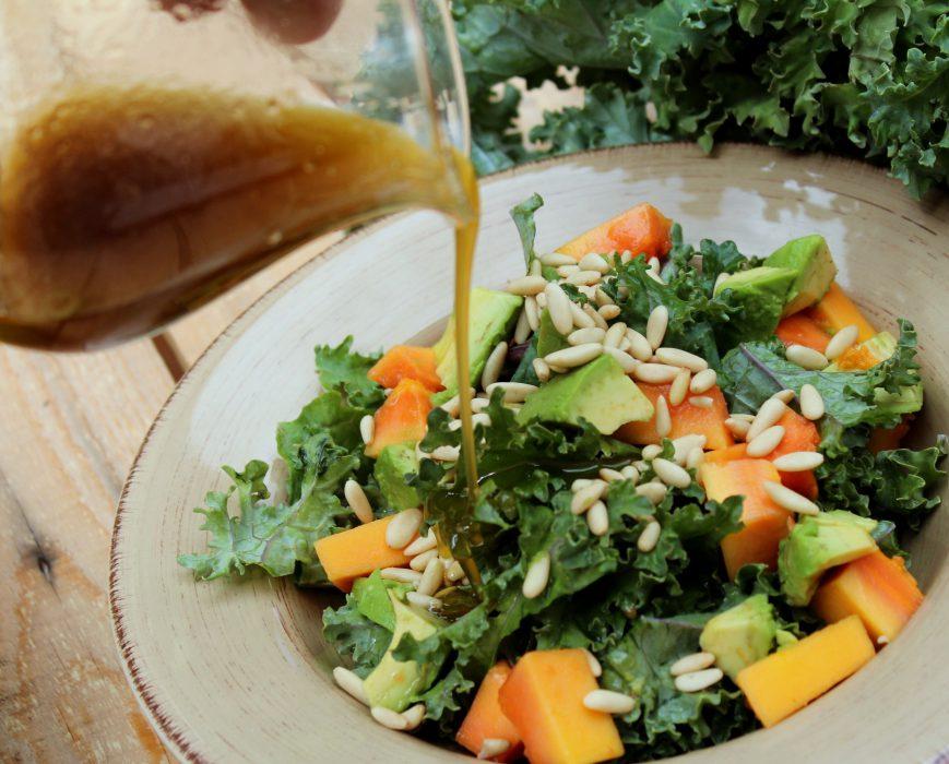 ensalada de kale, aguacate, papaya y vinagreta de piñones-1