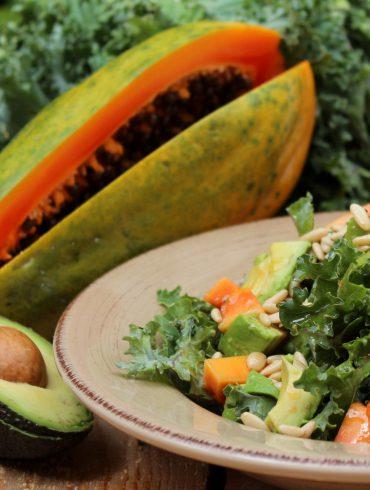 Ensalada de Kale, papaya y aguacate con vinagreta de piñones