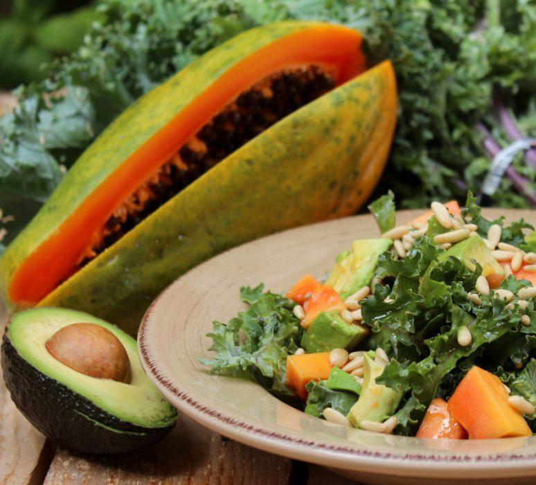 ensalada de kale, aguacate, papaya y vinagreta de piñones-2