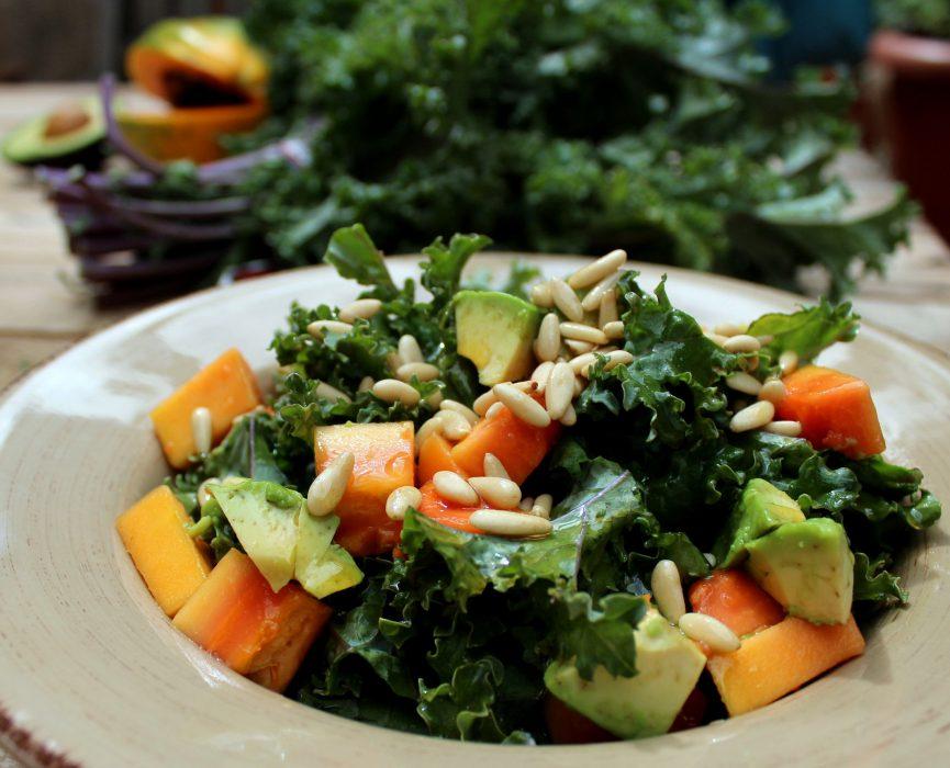 ensalada de kale, aguacate, papaya y vinagreta de piñones-4