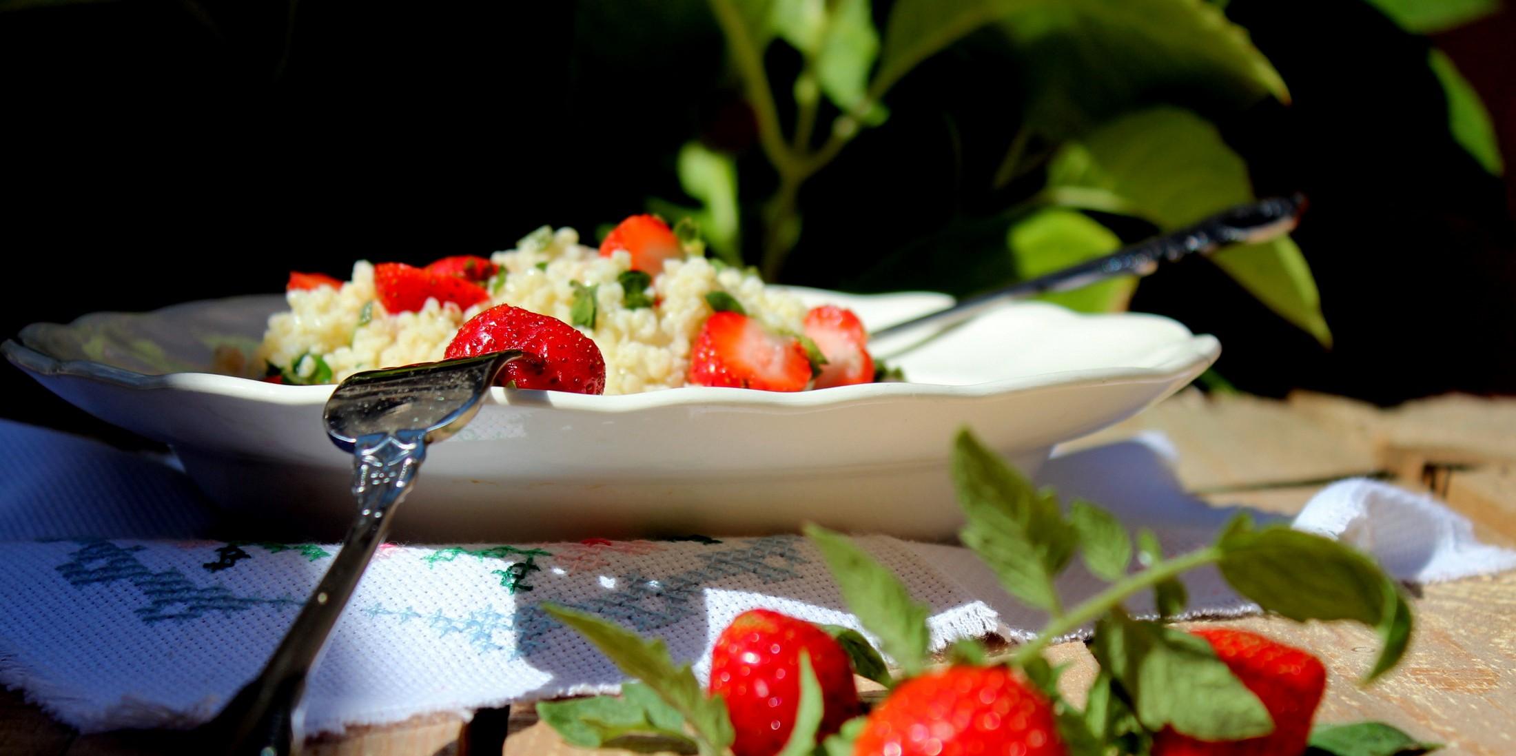ensalada de mijo con fresas y cherrys