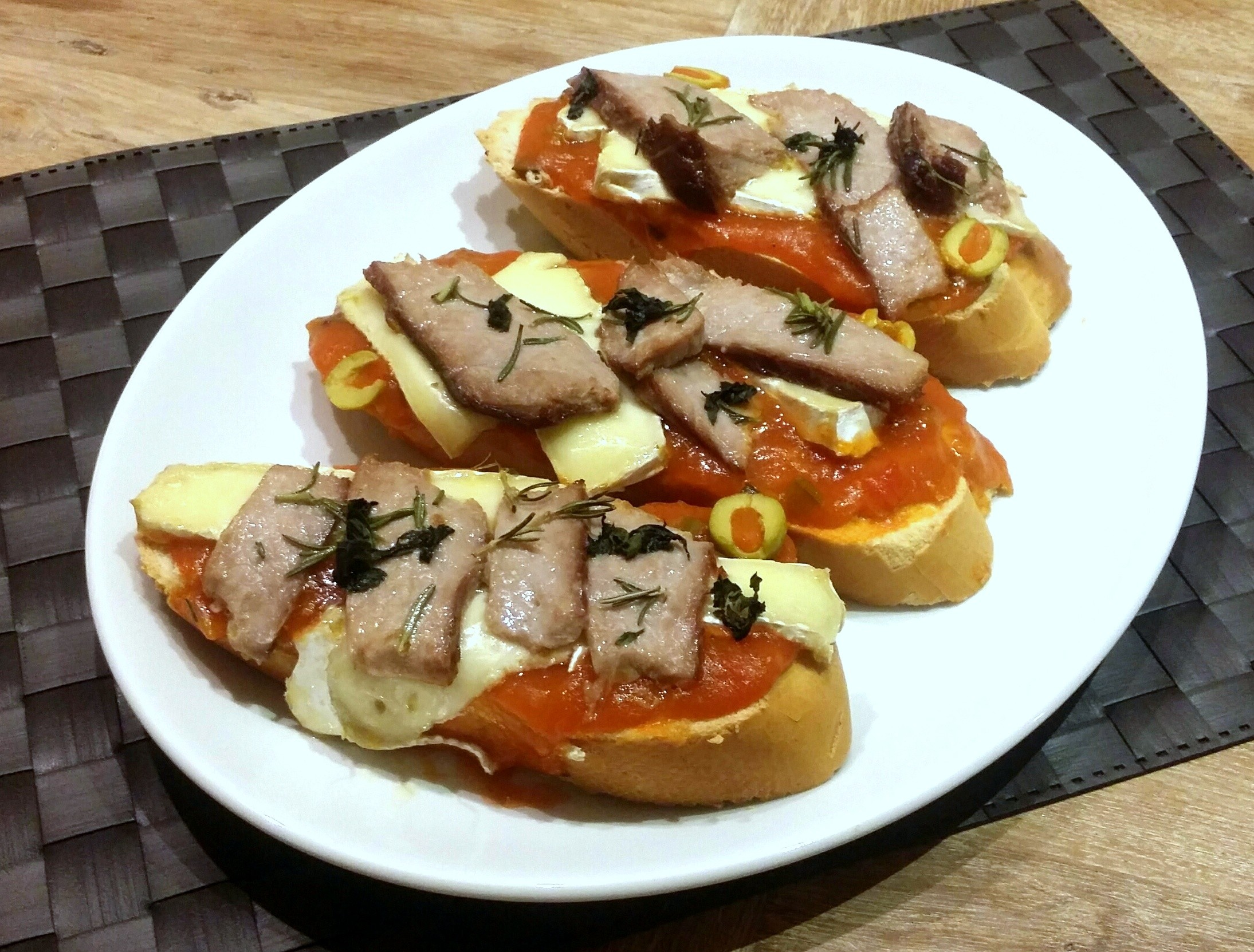 Tostas de ventresca de atún rojo 1