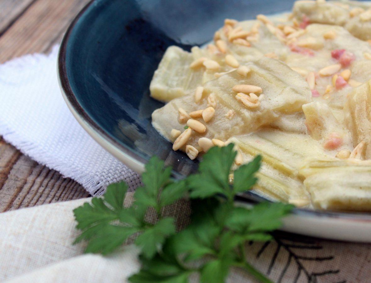 Cardo con salsa de piñones y jamón ibérico