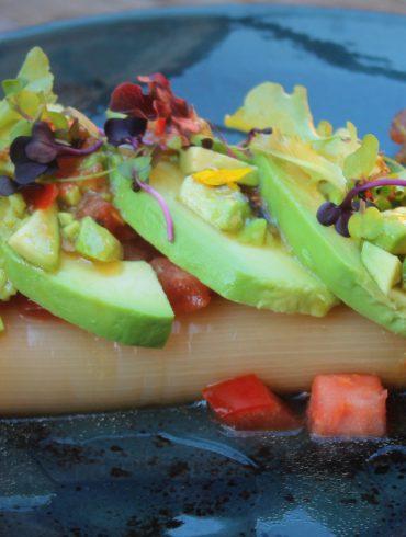 Ensalada de puerros, tomate y aguacate con vinagreta de miel