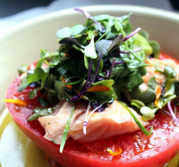 Tomate con salmón y guacamole