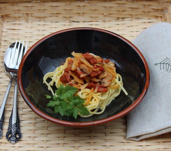 Espaguetis con chorizo y champiñones