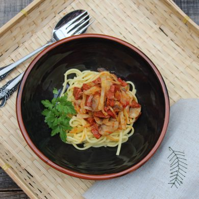 Espaguetis con chorizos y champiñones