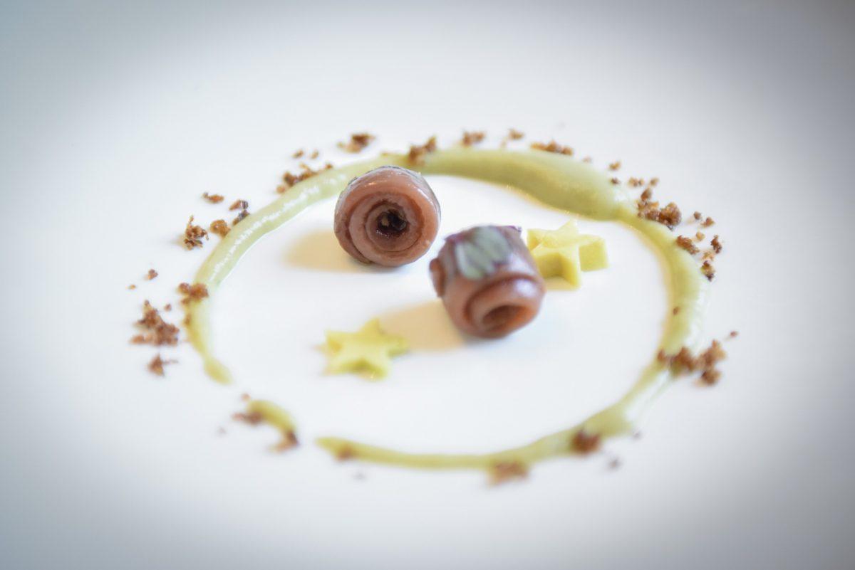 Anchoas El Capricho con crema de yautía, ores de aguacate y crujiente de picapollo