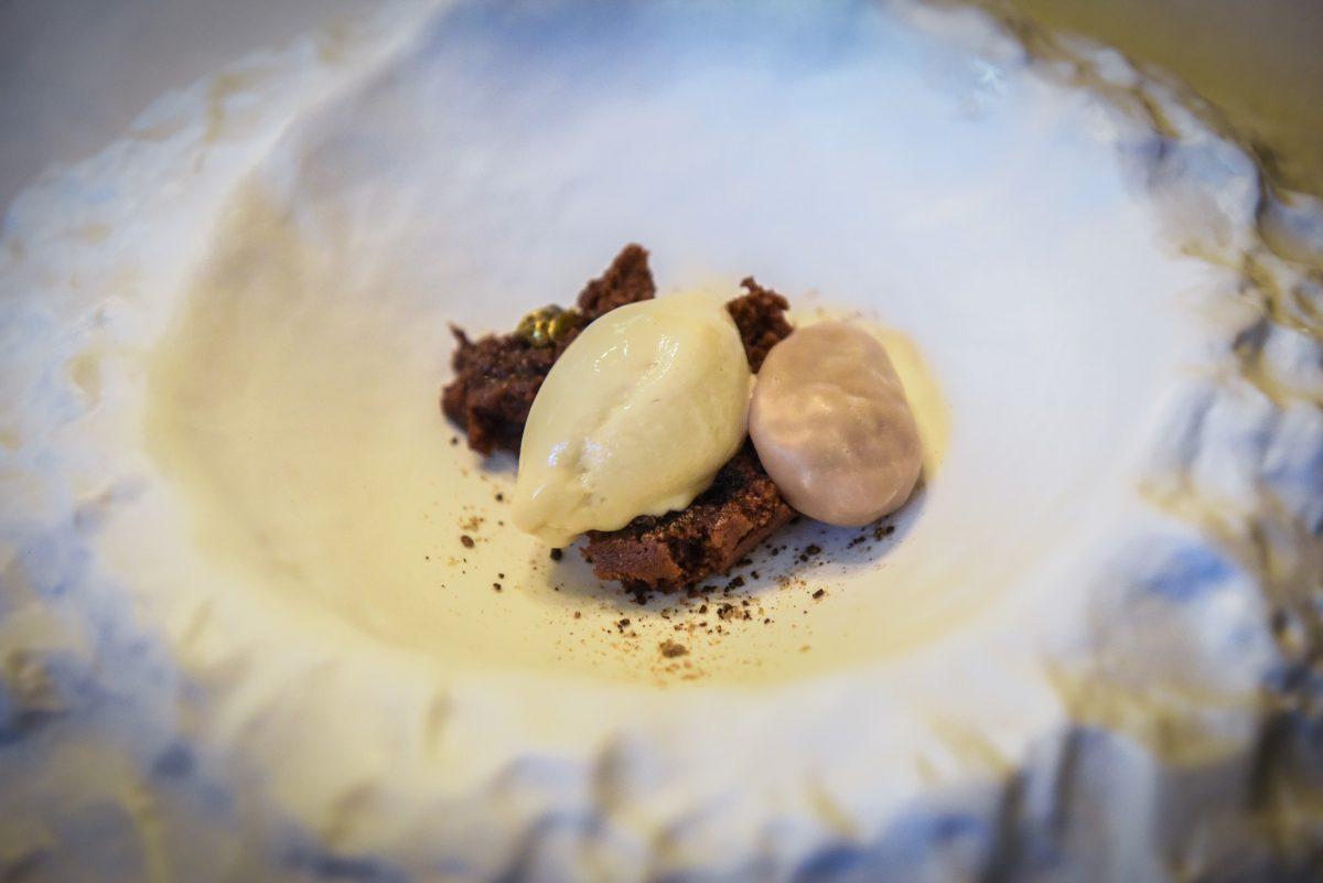 Cremoso de chocolate con hueso de melocotón y tierra de Fincafé