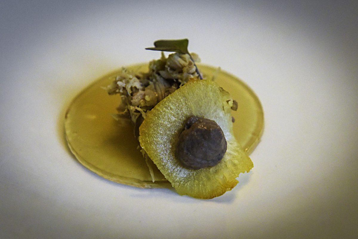Orellana Perdiz en escabeche sobre velo de Ysabel Regina, tierra de maíz y crujiente de yuca con paté de Orellana Perdiz
