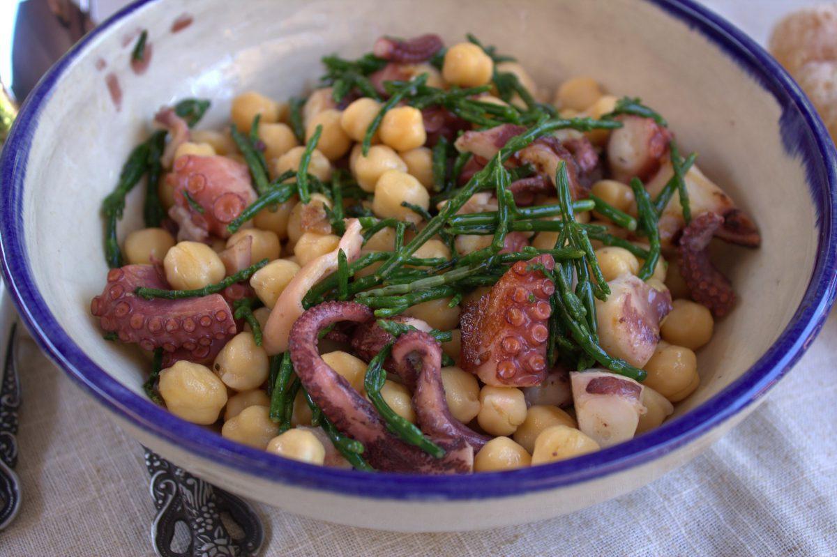 Ensalada de garbanzos con pulpo y salicornia