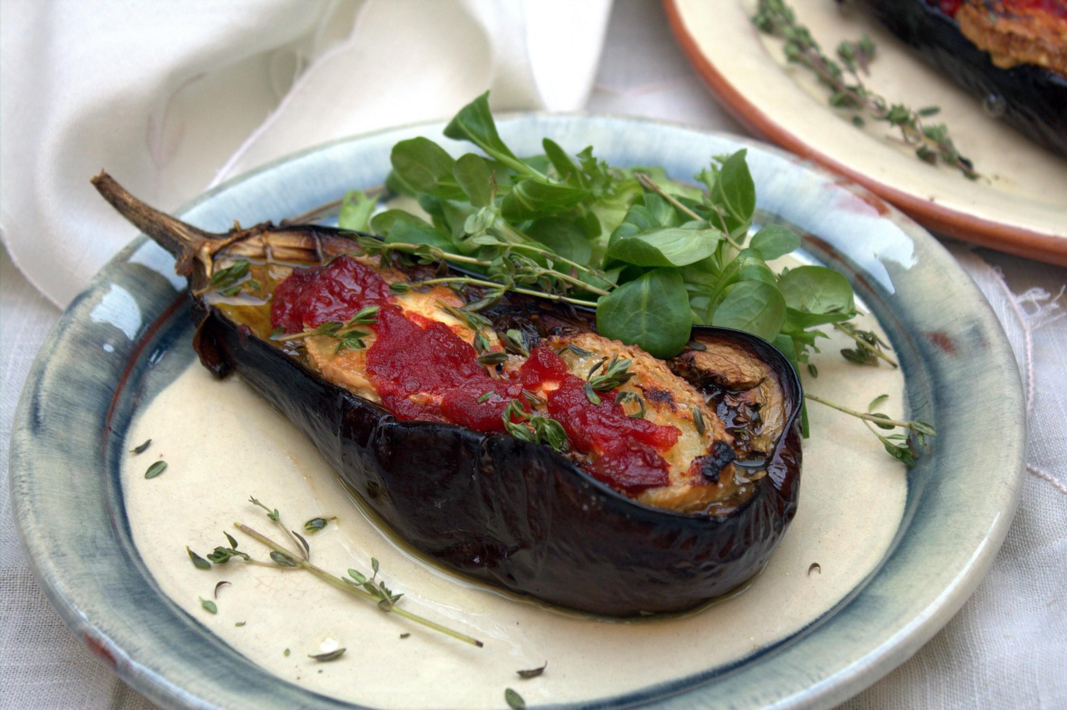 Berenjenas al horno con queso de cabra y tomate confitado