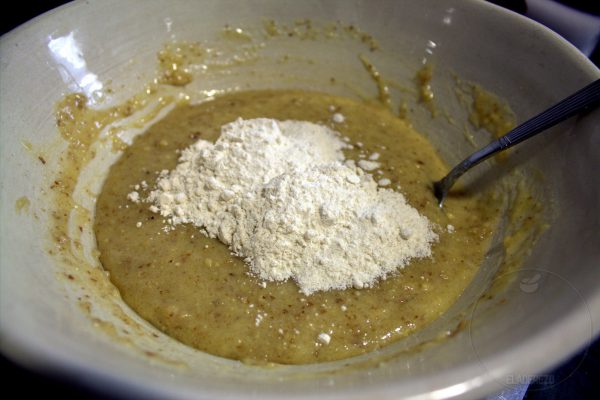 Incorporamos la harina y mezclamos nuevamente.