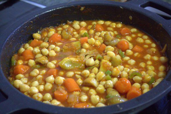 Rehogar los garbanzos con verduras y sobrasada