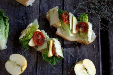 Tostas de queso con manzana y tomates deshidratados
