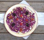 Ensalada de col lombarda con frutos rojos y vinagreta de piñones