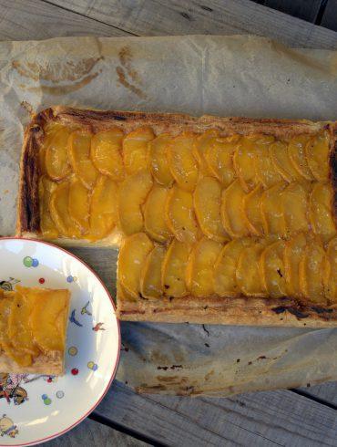 Tarta de hojaldre con crema y melocotones