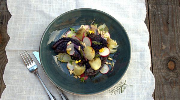 Lombarda y cebolletas asadas con espárragos trigueros y piñones