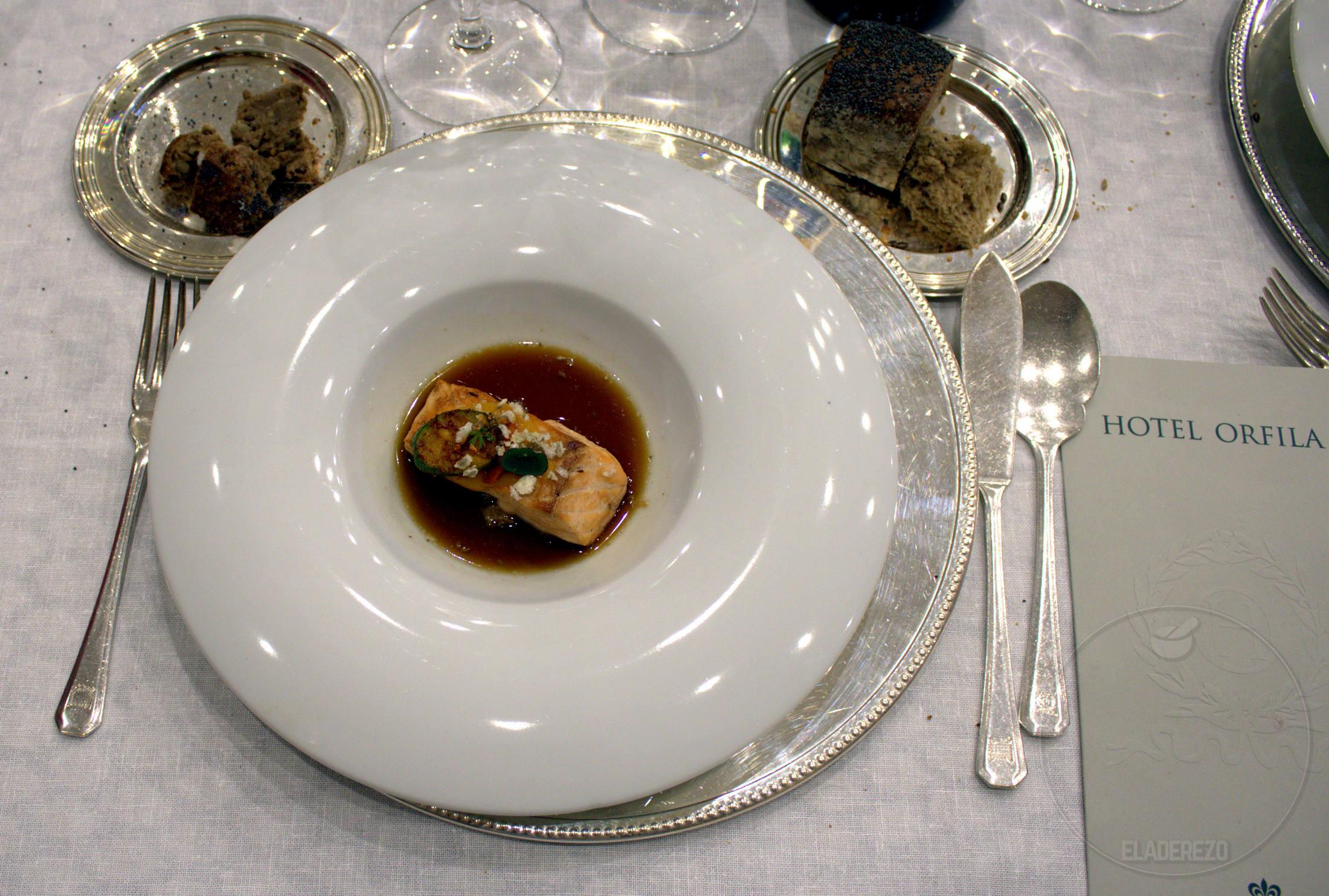 Salmon salvaje con jugo de cebolla tostada