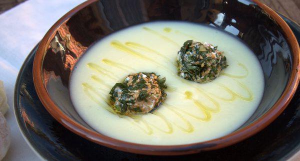 Servimos la crema de apio nabo, colocamos un par de bolitas en cada plato y aderezamos con un hilo de aceite de oliva virgen extra.