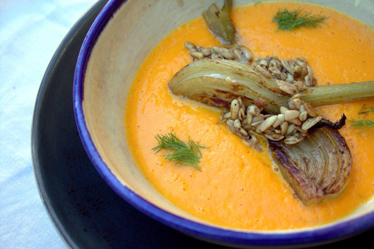 crema de zanahoria con hinojo, piñones salteados