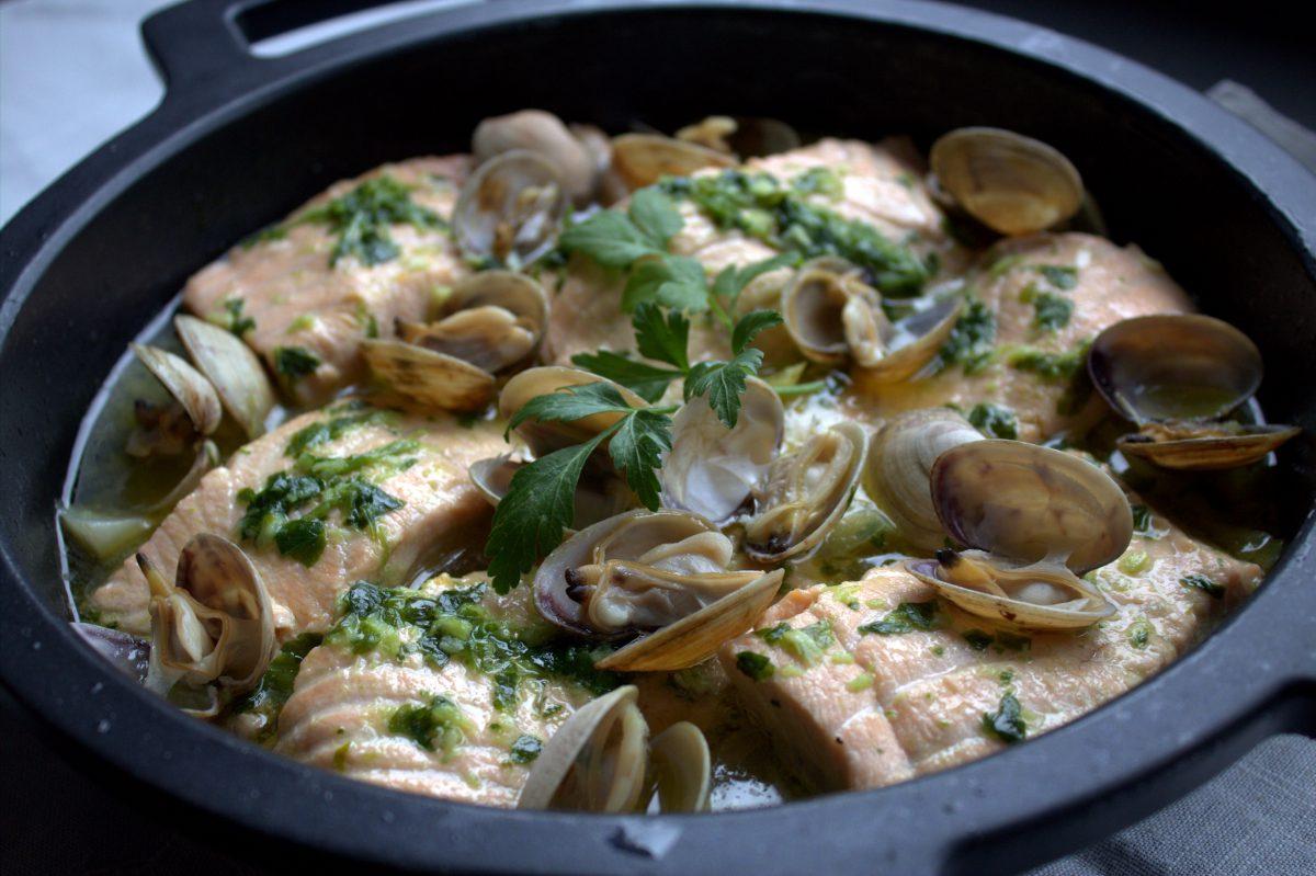 Cazuela de salmón con almejas y verduras