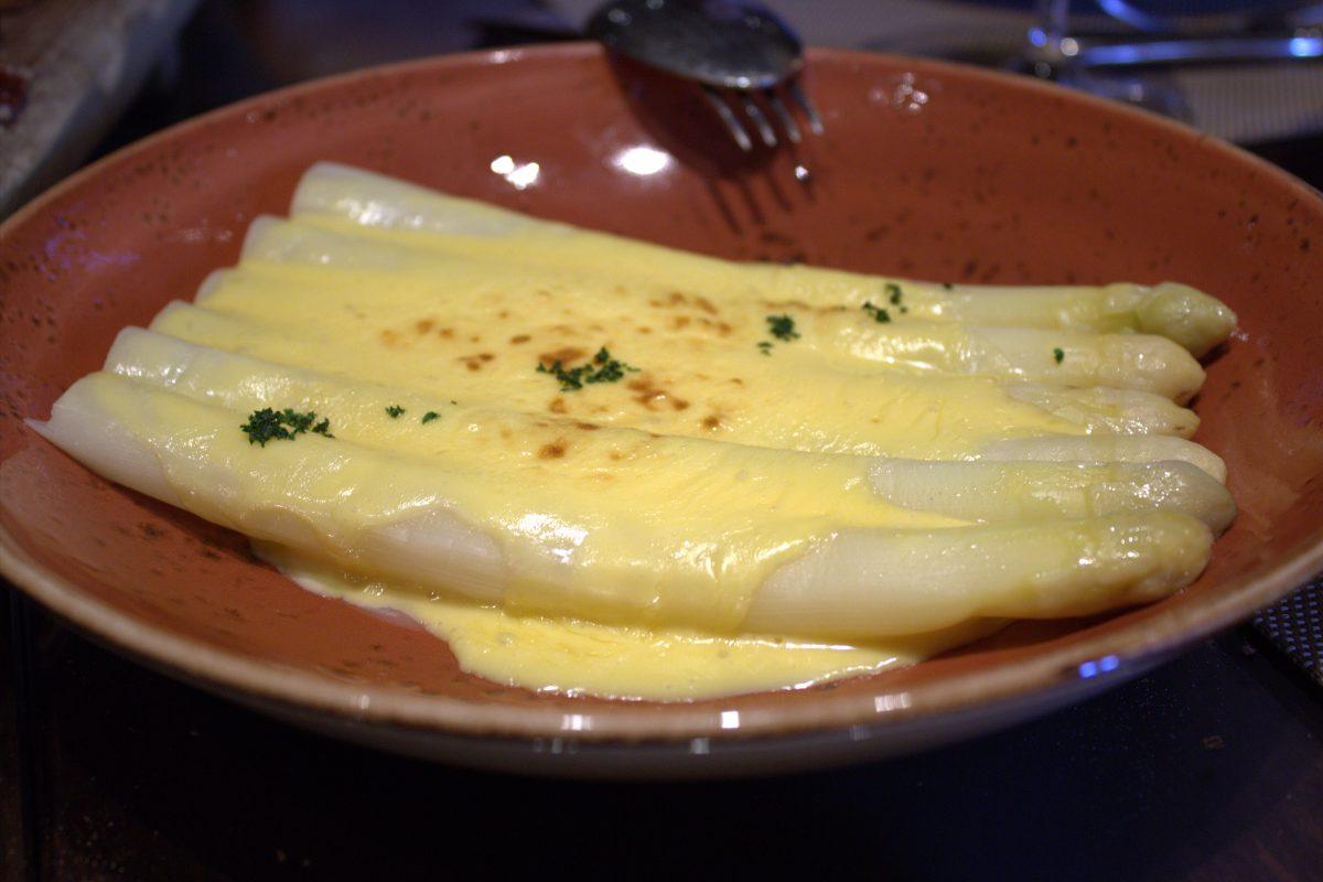 esparragos de tudela de duero con salsa holandesa