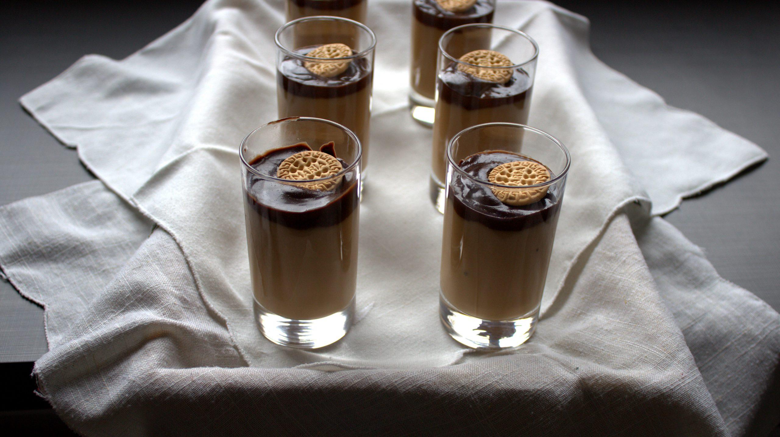 vasitos de crema de galletas y chocolate