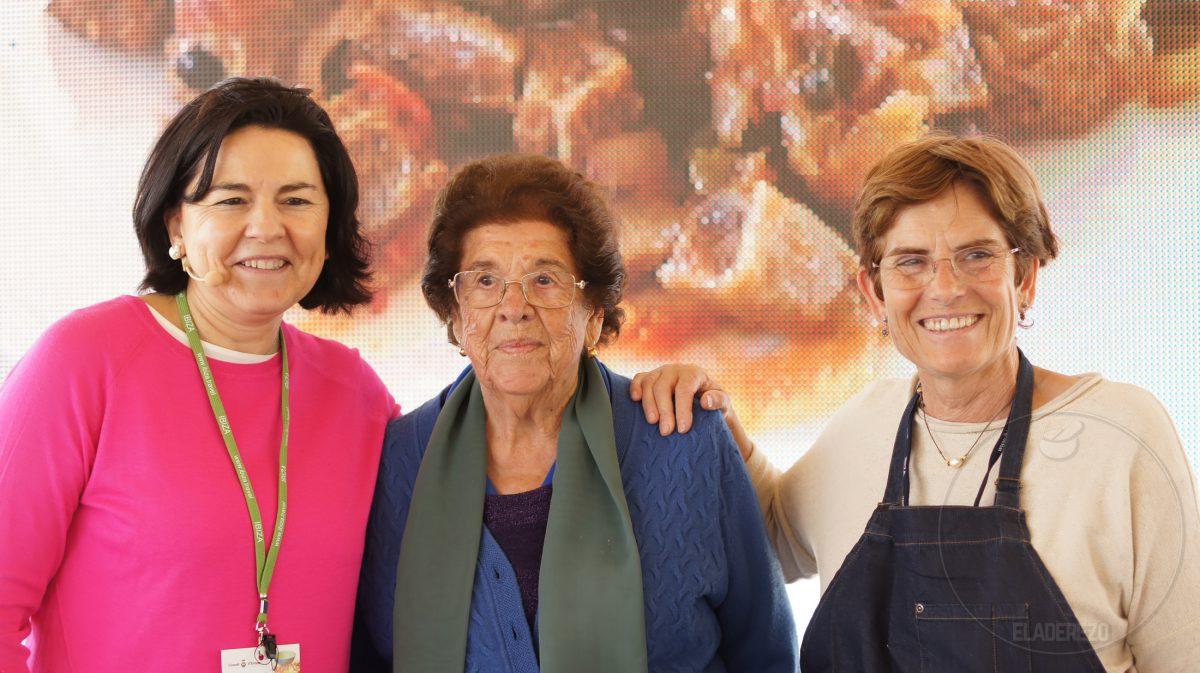Catalina Ribas de Can Puvil y Victoria Baos de Restaurante Sa Caleta junto con Julia Pérez Lozano