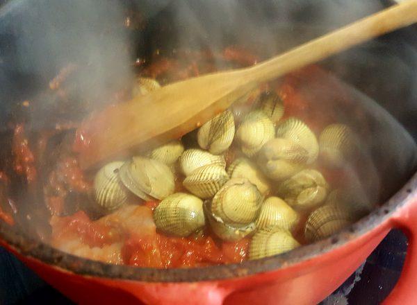 Dejamos hacer a fuego medio durante 3 o 5 minutos, removiendo de vez en cuando, hasta que se evaporen los jugos.