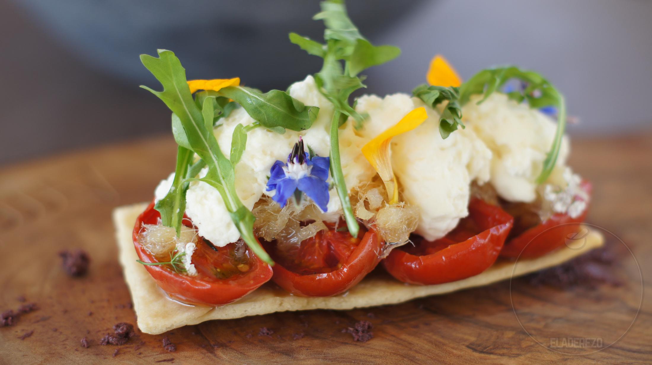 Coca de tomates de ramillete asados con ´peix sec´y queso Can Caus ( Marga Coll)