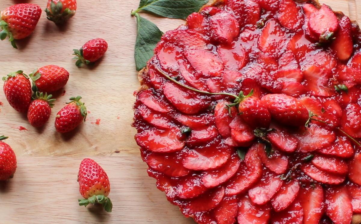arta-de-chocolate-blanco-y-fresas