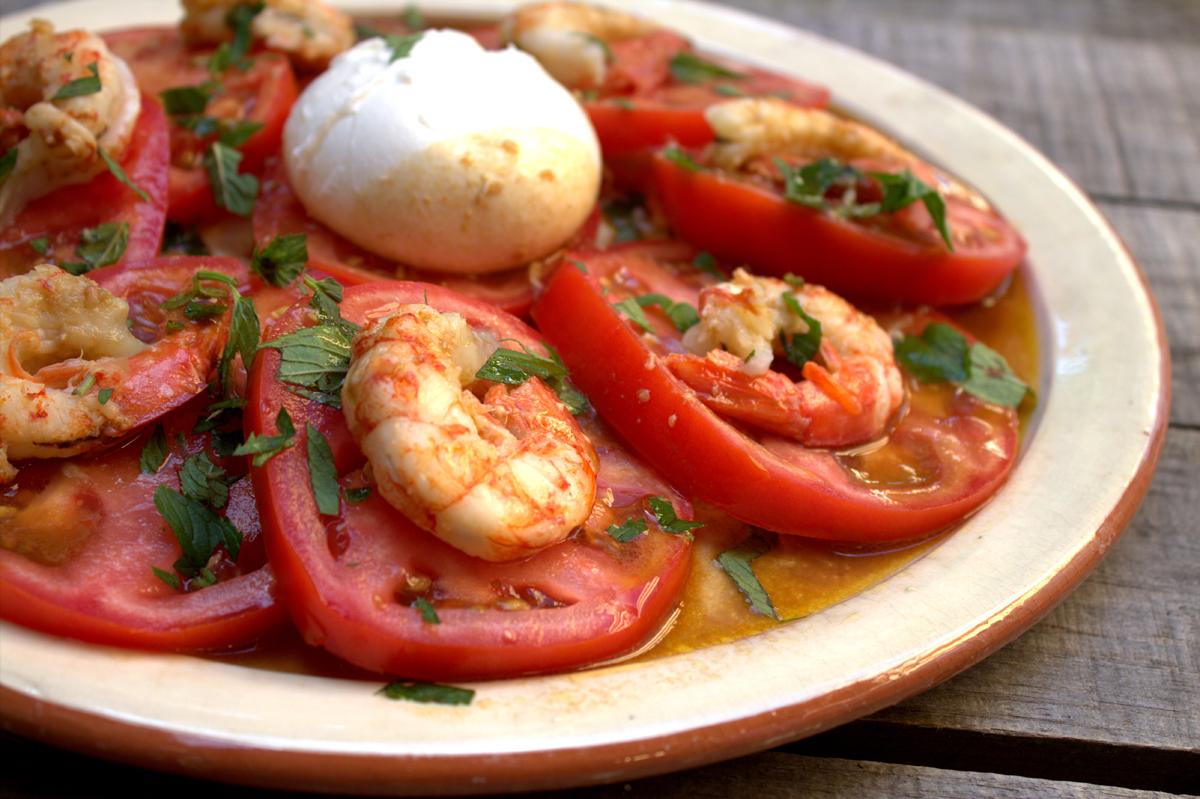 Ensalada De Tomate Y Burrata Con Gambones Salteados
