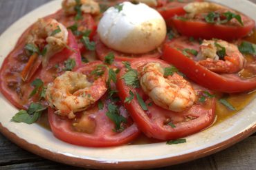 ensalada de tomate con burrata y gambones