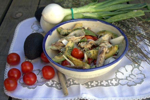Ensalada de verdel en escabeche con aguacate, cebolleta y tomates cherry