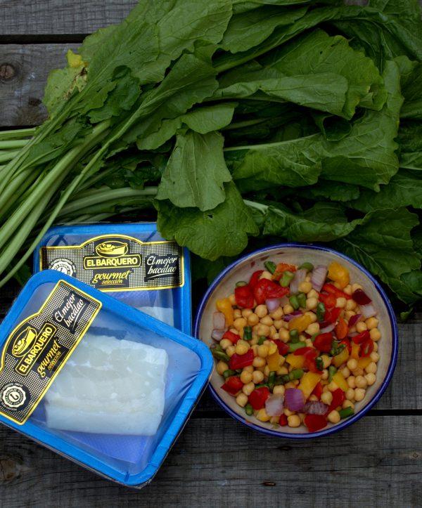 Añadimos las verduras picadas (se encuentran muy fácilmente en la zona de verduras refrigeradas de grandes superficies). Salteamos nuevamente unos minutos más.