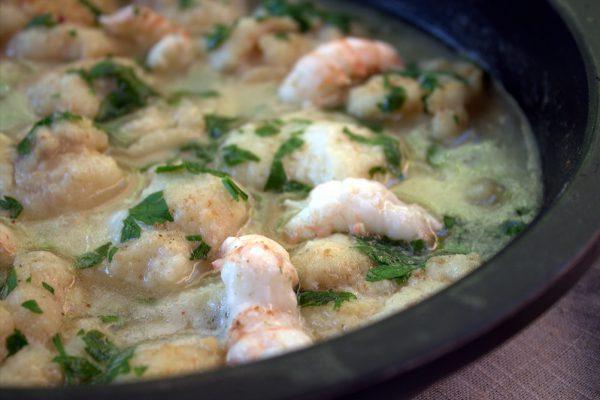 carrilleras de bacalao en salsa verde con colas de cigalas