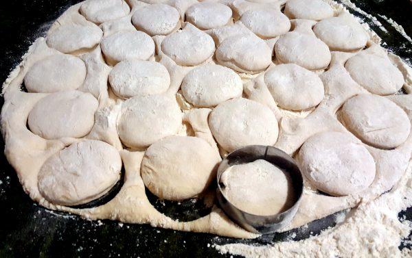 Una vez tengamos la masa lista, espolvoreamos un poco de harina sobre la encimera. Sacamos la masa sobre la harina, amasamos unos segundos, formamos nuevamente una bola y estiramos con la ayuda de un rodillo hasta conseguir un grosor de unos dos o tres centímetros.