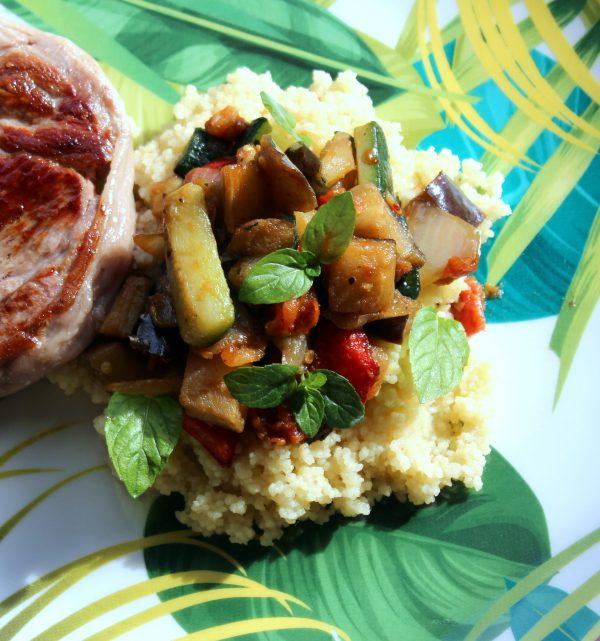 En lo que se hace la carne del ternasco, colocamos la sémola o cuscús sobre una bandeja.