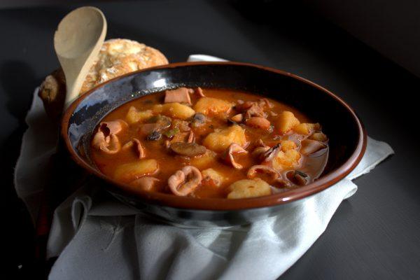 Vierte un poco del caldo en el vaso, mezcla y vuele a echarlo al guiso, para que la patata haga de espesante.