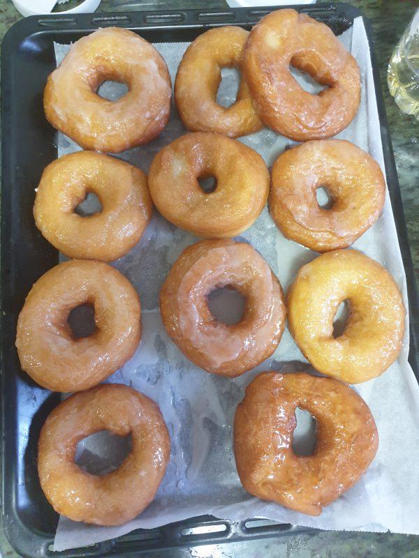 Colocamos los donuts sobre una rejilla y esparcimos el glaseado por encima de los donuts con la ayuda de una cuchara.